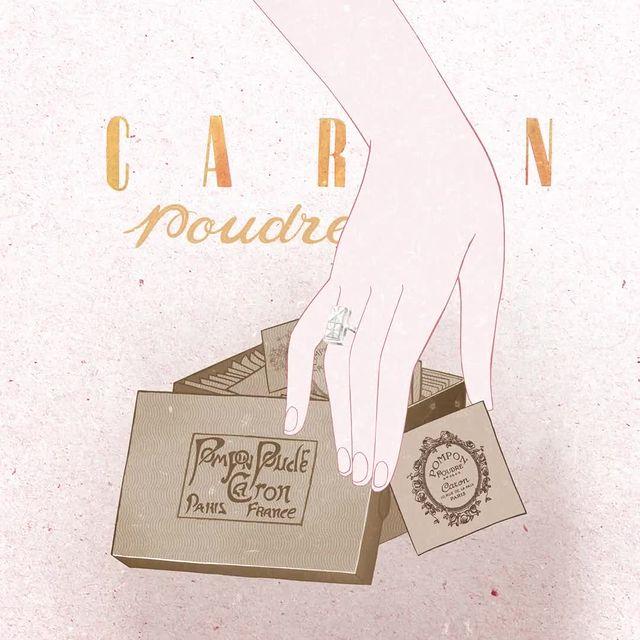 Déjà en 1906, la Maison CARON inventait le Pompom Poudre, une poudre nomade révolutionnaire.  In 1906, CARON invented the Pompom Poudre, a revolutionary nomadic powder.